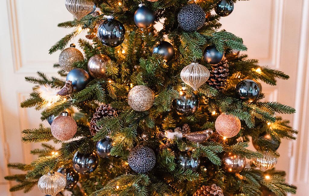 De perfect versierde kerstboom