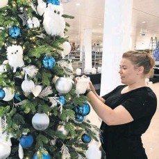 Een medewerkster is in het oude V&D-pand in Zoetermeer al druk in de weer met het creëren van een kerstsfeer.